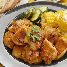 「鶏もも肉の辛子味噌焼き」のレシピと作りを動画でご紹介します。からしチューブをまるごと1本使用!鶏もも肉にからし味噌を揉みこみ、夏野菜と一緒にジューシーに焼き上げました。マイルドな辛さと香りが食欲をそそるひと品です♪