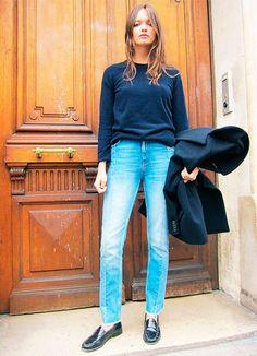 Street style look columbine smille com calça jeans cintura alta, suéter azul e t~enis masculino.