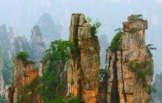 China - montanhas Tianzi. Elas se estendem por mais de 40 quilômetros e alcançam até 1,2 mil metros de altura. Para facilitar a observação pelos turistas, o governo chinês construiu um teleférico que passa entre as rochas, além de mais de 100 plataformas de observação.