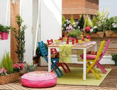 Happiness Everywhere: Garden Deco Inspiration (terrazas, jardines y balcones) Summer Porch Decor, Summer Party Decorations, Garden Decorations, Summer House Furniture, Decoracion Low Cost, Outdoor Dining, Outdoor Decor, Dining Tables, Pink Cushions