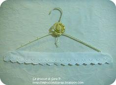 Gruccia con cordoncino bianco con perline dorate, pizzo sangallo e cappellino con paillettes