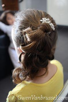 Coiffure petite fille - Petite demoiselle d'honneur - Cascade sur le côté - Réalisée par Gwen Vanbrussel