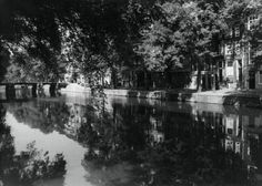 1943. A view on the Herengracht, one of the four main canals in Amsterdam. Photo Spaarnestad. #amsterdam #1943 #herengracht
