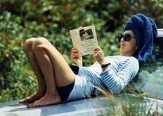 Jackie Onassis on the hood of her car reading one of the greatest books ever, The Most Beautiful House in the World by Witold Rybczynski. Mrs Kennedy, Jaqueline Kennedy, Caroline Kennedy, Jacqueline Kennedy Onassis, Jackie O's, Jackie Kennedy Style, Die Kennedys, Lee Radziwill, First Ladies