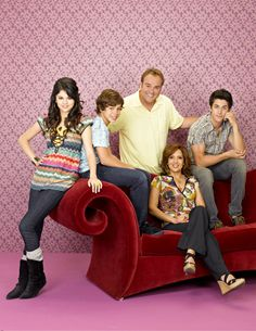 The cast of Wizards Of Waverly Place. (Wizards Of Waverly Place photo shoot) Disney Channel Movies, Disney Channel Stars, Old Disney, Disney Love, David Henrie, Alex Russo, Wizards Of Waverly Place, Movies And Series, Disney Shows