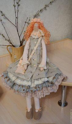 Купить или заказать Кукла тильда Ассоль в интернет-магазине на Ярмарке Мастеров. Асоль очень нежная и романтичная девочка, любит море и цветы. Куколка сшита по мотивам куклы тильда . Волосы из натуральных локонов овцы.Обувь ручного изготовления. Кукла сидит самостоятельно, стоит на подставке. Возможен повтор в другом цвете.