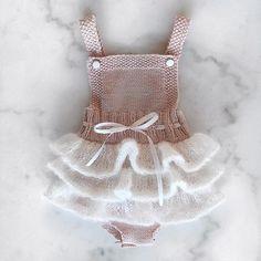 Lille sukkerspinn mangler bare trykknapper i skrittet☺️ #lillesukkerspinn #strikk #babystrikk #strikktilbaby #strikketøy #strikkedilla #strikkespam #strikkeglede #knit #knitting #knittersofinstagram #knitwear #babyknit #jentestrikk #sandnesgarn #tynnmerino #barneskatter