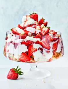 Our super-quick strawberry cheesecake bowl recipe is ready in 30 minutes and tastes like the essence of summer. Piled high with fresh strawberries, coulis, a cheesecake filling and shortbread pieces, this tempting centrepiece dessert can be made a few hours ahead for stress-free entertaining.