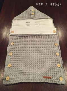 Knitted Overalls Blanket For Babies – Knitting And We Baby Knitting Patterns, Baby Patterns, Crochet Patterns, Crochet Baby Cocoon, Newborn Crochet, Diy Crafts Crochet, Crochet Projects, Baby Sleeping Bag Pattern, Baby Bunting Bag