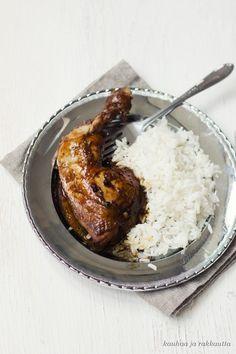 Adobo on filippiiniläisen keittiön ylpeys - joka syntyy helposti myös lähimarketin aineksista. Philippines Food, Side Recipes, Main Dishes, Chicken Recipes, Good Food, Tasty, Asian, Foods, Drink