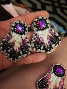 Beaded Earrings, Beaded Jewelry, Native American Beadwork, Beaded Crafts, Beading Techniques, Peyote Patterns, Beading Ideas, Animal Design, Native Americans