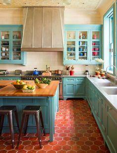 Blaue Küche, knalliger Boden