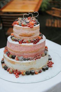 Naked Cake als Hochzeitstorte mit Früchten, naked Cake rustikal, Naked Cake Sommerhochzeit #nakedcake #hochzeitstorte Bunte Sommerhochzeit in Korall