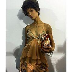 Ari Westphal by Helô Rocha. Nesta coleção Verão 2017, Helô se inspirou no Cangaço com muita doçura e feminilidade, ☺️ cores suaves e tons terrosos. Amamos esse look com body chain pra arrematar! #helorocha #spfw #cliquefashion #fashion #spfwn41 #fashionista #instagood #fashionweek #brasil #saopaulofashionweek #verao17 #mixspfw #brasil