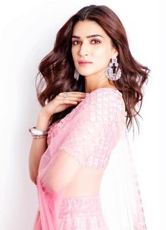 Kriti Sanon looks absolutely gorgeous🌺🌺🌺 Bollywood Outfits, Bollywood Actress Hot Photos, Bollywood Girls, Beautiful Bollywood Actress, Beautiful Indian Actress, Bollywood Fashion, Beautiful Actresses, Bollywood Stars, Indian Celebrities