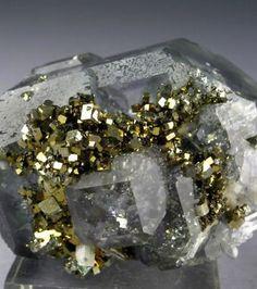 Une combinaison de fluorine, de quartz et de pyrite