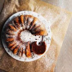 Toiveohje: Mummin kakku 1. Voitele ja korppujauhota kahden litran vetoinen rengasvuoka tai kaksi pientä, korkeareunaista vuokaa. Kuumenna uuni 175 asteeseen. Sekoita jauhot, vaniljasokeri, leivinjauhe ja sooda. Suodata kahvi. Sulata suklaa mikrossa tai vesihauteessa. 2. Vaahdota rasva ja sokeri. Sekoita joukkoon omenasose. Lisää munat yksitellen hyvin sekoittaen. Lisää hieman jäähtynyt suklaa. 3. Sekoita taikinaan vuorotellen jäähtynyt …