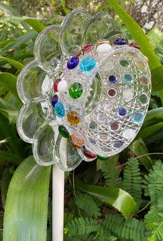 Glass Garden Flowers, Glass Plate Flowers, Glass Garden Art, Flower Plates, Glass Art, Yard Art Crafts, Garden Crafts, Recycled Garden Art, Cut Glass