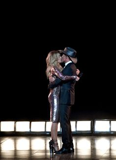 Faith Hill Photos Photos - Recording artists Faith Hill (L) and Tim McGraw perform onstage during the Academy Of Country Music Awards at T-Mobile Arena on April 2017 in Las Vegas, Nevada. - Academy of Country Music Awards - Show Country Love Songs, Country Singers, Country Boys, Academy Of Country Music, Country Music Awards, Tim Mcgraw Family, Nick Jonas Smile, Tim And Faith, Tim Mcgraw Faith Hill