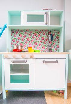 We gingen, zoals vele anderen, voor het houten keukentje van bij Ikea. Deze valt reuze mee van prijs als je sommige andere keukentjes bekijkt en als je even kijkt op Pinterest kom je wel op een aantal ideetjes.