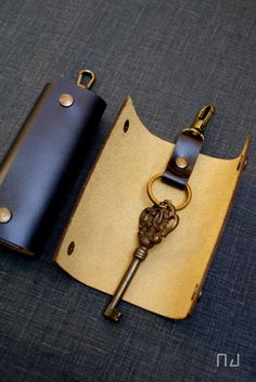 """This simple key case is designed to be functional and durable keeps your keys organized and silent.   Detail:  * Black Colors Leather * 100% Handmade key ring  * High grain cow leather  * Hand cuting ,Hand dying ,Hand stiching  * Size: 6"""" in length included a  swivel hook x 2"""" in width (when close) * Colors may slightly vary from screen to screen"""