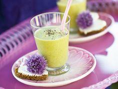 En kall avokadosoppa passar perfekt till förrätt eller på buffébordet.