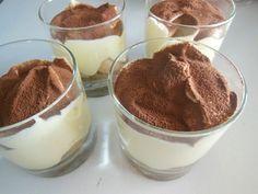 Žloutky vyšleháme s cukrem a lžící horké vody. Přidáme mascarpone a vytvoříme hladký krém. -- Šlehačku vyšleháme s vanilkovým cukrem. -- Z bílků vyšleháme sníh. -- Vše spojíme v hladký krém. -- Do misek dáme na dno piškoty, přelijeme vychladlou černou kávou. Dáme vrstvu krému, posypeme kakaem. -- Shodně přidáme další vrstvu. Necháme odležet v lednici.