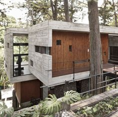 Corallo House / PAZ Arquitectura  Located on a dense hillside forest in the Santa Rosalía area of Guatemala City, Corallo House integrates the existing forest into the layout of the house. It merges nature into the architectural intervention.