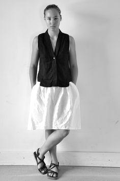 chemise sans manche en lin noir - VDJ, jupe en lin blanc - VDJ