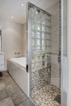 petite salle de bains moderne avec baignoire douche, paroi en verre dépoli et facetté et mosaïque en beige et gris
