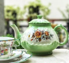 Vintage Green Teapot by Marian England #vintageteapot #antiqueteapot #ballteapot #gardenparty #teaparty #teatime #roseteapot #roseteacup #pinkroses #vintageteacup #vintageteacups #teatime #teacuplovers #teacupcollectors #collectorsitem #hightea #highend #teaparty #teawiththequeen #teawithfriends #happy #harmony