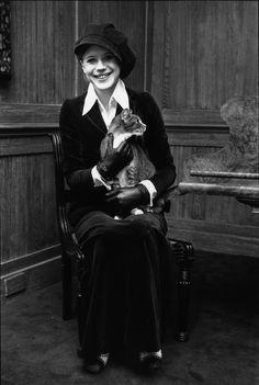 la cantante britannica Marianne Faithfull con il suo gatto, 1970