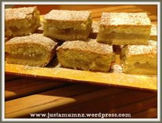 Grandma's Recipe – Apple Shortcake I was blessed to know my wonderful Grandma into my early until she passed from Cancer. She was a Wife to a Sheep Farmer, a Mother to seven, a Grandma to 21 and by now would be a Great Grandma … Apple Dessert Recipes, Apple Recipes, Easy Desserts, Sweet Recipes, Baking Recipes, Bar Recipes, Yummy Recipes, Apple Shortcake, Shortcake Recipe