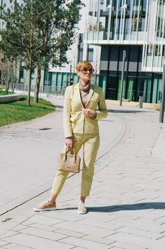 Wie ihr vielleicht von meinem Instagram Profil wisst, bin ich wenn es ums Office geht ein großer Fan von casual Outfits mit einem gewissen Twist. Corona und die vielen Monate im Homeoffice haben mich sicher noch ein wenig gemütlicher gemacht und der Griff zu Absätzen und unbequemen und steifen Sachen fällt mir noch schwerer als davor. Eine meiner Taktiken ist es Teile wie Hosenanzüge so zu kombinieren dass sie nicht nur bequem sind sondern auch absolut Bürotauglich sind. Office, Khaki Pants, Capri Pants, Street Style, Outfits, Instagram, Fashion, Corona, Profile