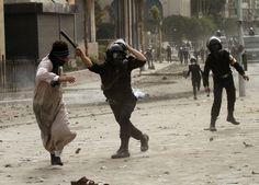 Policía antidisturbios egipcia golpea a un manifestante durante los enfrentamientos cerca de la plaza Tahrir de El Cairo. (AP)