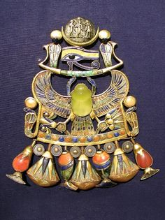 ) This piece of Ancient Egyptian jewelry is a rebus pectoral scarab worn by King Tut-ankh-amun from Thebes. It symbolizes the birth of the moon and the sun and was part of the king's coronation regalia. Ancient Egyptian Clothing, Ancient Egyptian Art, Ancient Jewelry, Egypt Jewelry, Egyptian Eye, Egyptian Scarab, Egyptian Pharaohs, Ancient Aliens, Ancient Greece