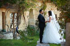 """362 Beğenme, 6 Yorum - Instagram'da Özgür Guzay (@ozgurguzay): """"Nazlınur & Orhan 🌾💛 . . . @omertasia @captivetofreedom @melikeirene @esrakrdn . . . #wedding…"""""""