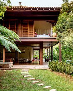 บ้านสองชั้นสวยๆ ธรรมชาติ งดงามกลางแมกไม้สีเขียว     ตามมาดูค่ะ   แบบบ้าน แบบบ้านแบบบ้านสวย แบบบ้านสไตล์ลูกทุ่งๆ แต่แฝงไปด้วยความโมเดิร์นหลังนี้ ซ่อนตัวอยู่ในป่าทึบของประเทศบราซิล