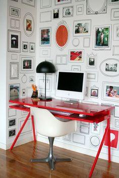 Via Apartment Therapy / Remobília papel de parede cheio de moldurinhas