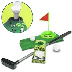 Das Toiletten-Golf ist eine lustige Geschenkidee für Leute mit Humor. Das Set besteht aus einem kleinen Kunstrasenteppich, den man so wie Badvorleger vor die Toilette legen kann. Golfschläger, Ball und Loch mit Zielfahne machen den witzigen Zeitvertreib auf dem stillen Örtchen komplett.