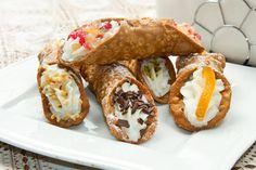 Receta fácil de Cannoli Italianos; Son unos dulces con origen en Sicilia y se caracterizan por una masa en forma de tubo relleno de queso ricotta y aderezos