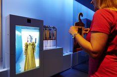 Interaktives Exponat / Hands-On Zeitreise – Virtuelle Kostümprobe mit Augmented Reality. Konzipiert und realisiert von Impuls-Design.