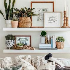 Boho Room, Boho Living Room, Home And Living, Living Room Shelf Decor, Wall Shelf Decor, Decorating Wall Shelves, Living Room Decorating Ideas, Home Decorating, Decor Room