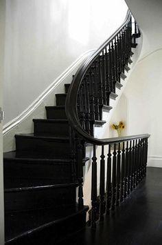 On adopte une touche de noir dans son intérieur en relookant ses escaliers. Plus de conseils pour décorer sa maison sur le blog#sweethomesmartlife - #home #interiordesign #stairs #black