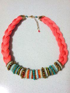 Collar trenzado en hilo chino color salmón. Diseño de Geo Ecléctica, con aplique de mostacillas (seed beads) Miyuki y cristales murano.