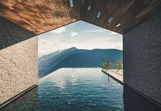 Open air swimming pool of the Hotel Miramonti in Italy / Piscina scoperta dell'hotel Miramonti in Italia
