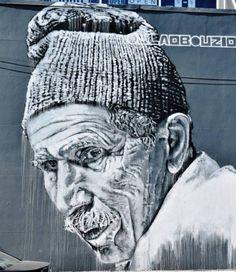 Retour sur un mur d'ECB dans Brooklyn, symbolique de ses rencontres marocaines d'où ressort la beauté des visages marqués par le temps et la vie. . …