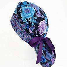 A perfect scrub hat for longer hair. There's a pouch in the back to hold your ponytail. Ribbons on each side tie around the pouch and make a cute bow on top. Scrubs Pattern, Scrub Hat Patterns, Hair Patterns, Hat Patterns To Sew, Sewing Patterns Free, Symbole Tattoo, Surgical Caps, Scrub Hats, Have Time