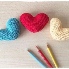 I miei pensieri corrono avanti... mi succede sempre in questo periodo dell'anno non amando particolarmente Gennaio e Febbraio.⠀ Ogni anno sento sempre in anticipo la primavera, che amo tanto quanto l'autunno, ecco dunque alcuni pezzettini colorati 💙❤️💛 di un ✨nuovo progetto✨ che ho in testa... 👩🏻💻💡⠀ Buon pomeriggio ~~~~~~⠀ .⠀ .⠀ .⠀ .⠀ #gloriasweetcrochet #crochet #hearts #crochethearts #coloredhearts #springiscoming #colors #handmadewithlove #handmadehearts #crocheterofinstagram…