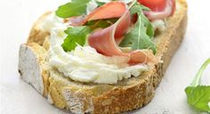 Le chef cuisinier Pierre Sang Boyer s'associe au célèbre fromage à tartiner Philadelphia, pour créer des recettes de tartines apéritives uniques ! Découvrez la recette de la tartine de Bayonne, au jambon cru. Tartine de Bayonne Bruschetta, Brunch, My Best Recipe, French Food, Bagels, No Cook Meals, Finger Foods, Healthy Snacks, Sandwiches